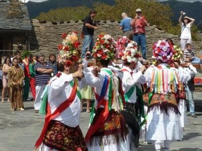 Majaelrayo - Pueblos arquitectura negra - Fiesta de los danzantes, Santo Niño; accesorios senderism